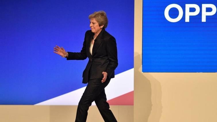 May, al ritmo de Dancing Queen, advierte a sus colegas de que la división interna puede acabar con el Brexit
