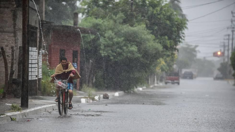 Willa deja 13.000 evacuados y severos daños materiales a su paso por México