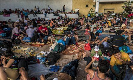 migrantes centroamericanos descansan en mexico