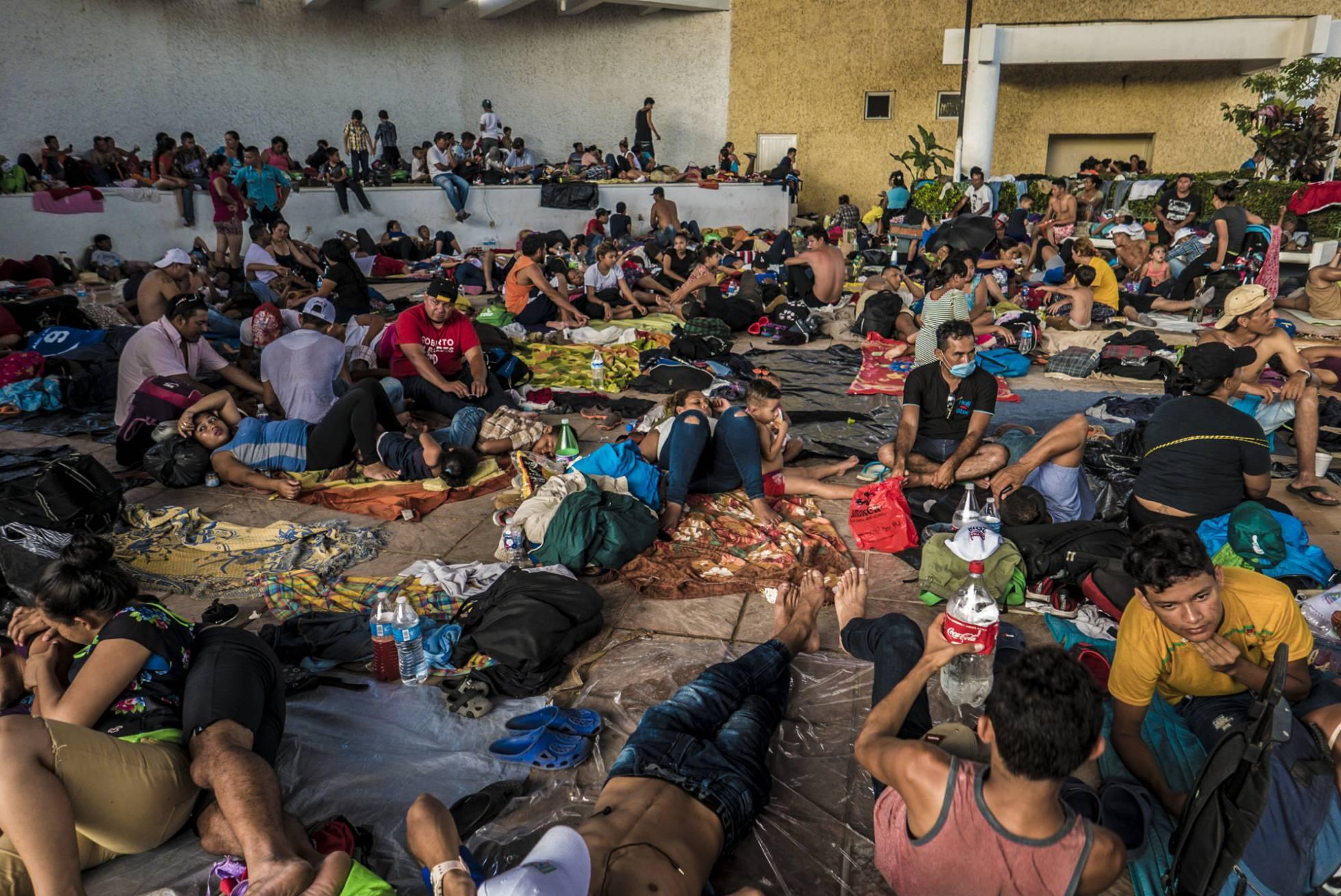 migrantes centroamericanos descansan en