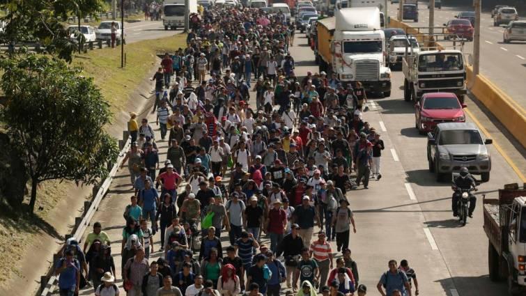 Una nueva caravana con 2.000 migrantes sale de El Salvador rumbo a EE UU