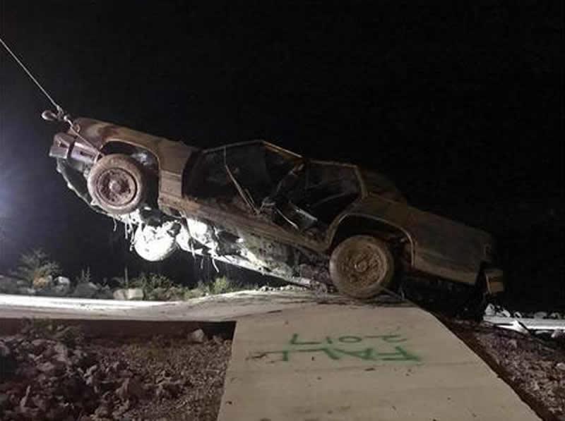 Fuerzas del orden extraen dos vehículos de Smith Lake
