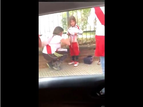 El indignante momento en que una señora pega bengalas al cuerpo de una niña