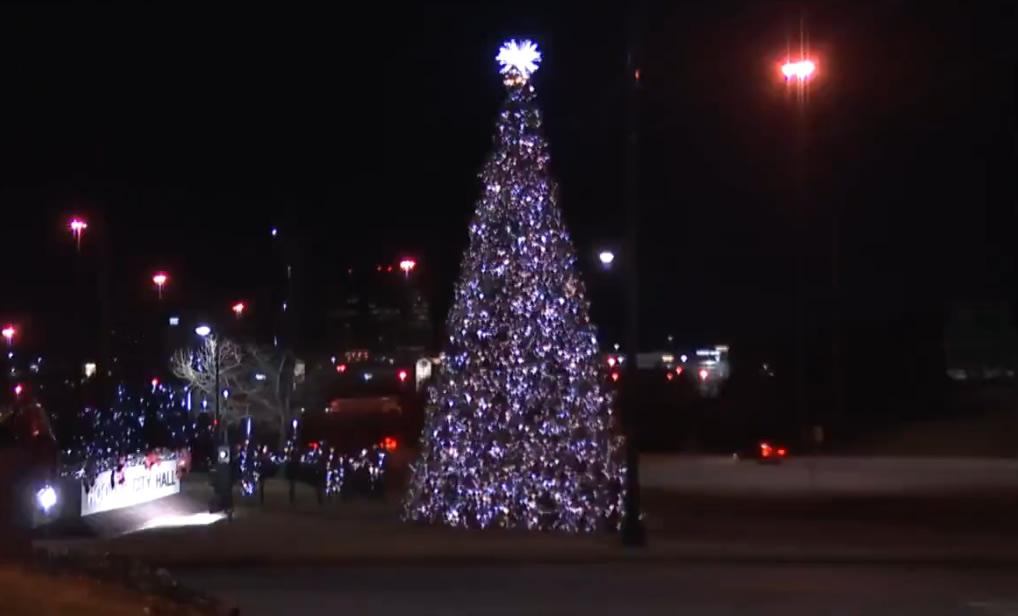 La ciudad de Hoover finalmente enciende el árbol de navidad