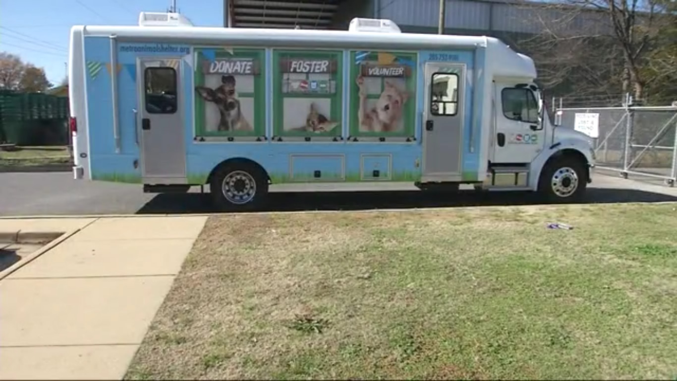 Refugio de animales en Tuscaloosa, obtiene un camión de adopción móvil