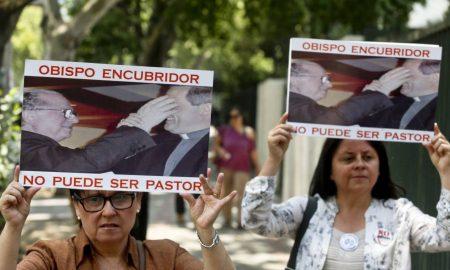 protestas contra sacerdotes en chile