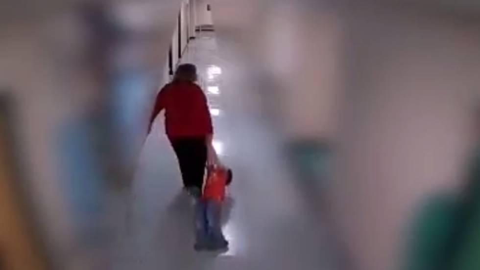 Despedida una profesora por arrastrar a un niño con autismo por el suelo