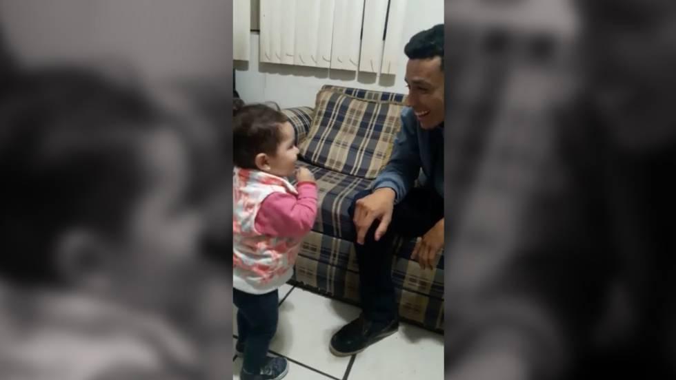 La niña que conmueve a los internautas al intentar comunicarse con su padre sordomudo