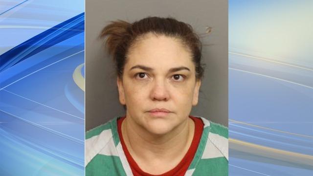 Mujer de Pinson arrestada después de casi cortar la mano de su hija