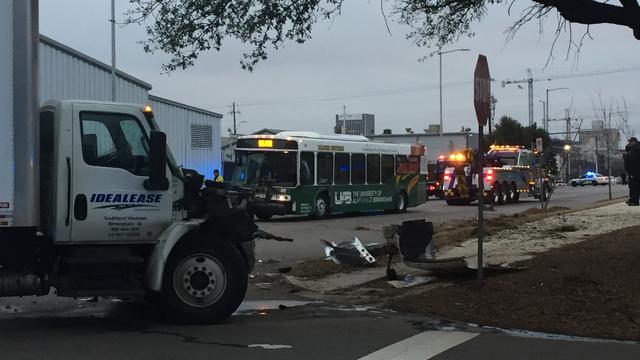 Autobús Blazer Express de la UAB, involucrado en accidente esta mañana