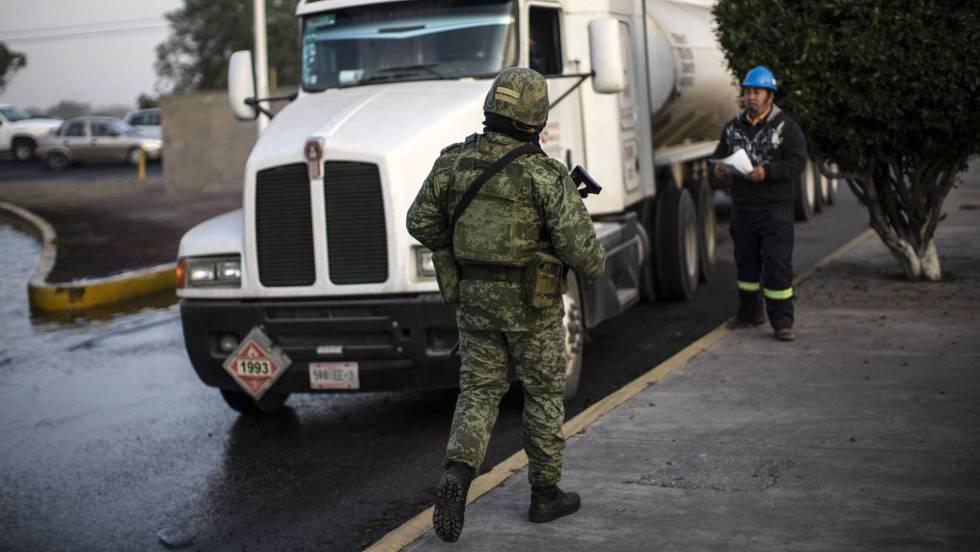 1 soldado supervisa combustible