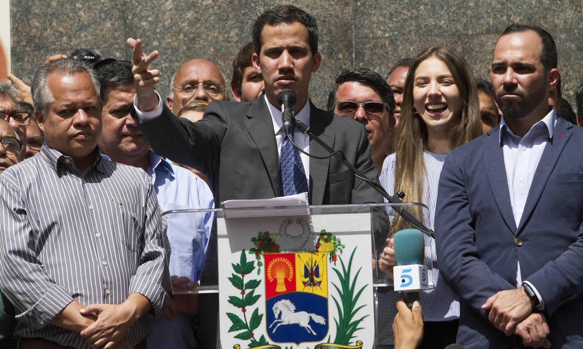 Juan Guaidó llama a la movilización permanente y busca el apoyo del Ejército