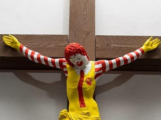 'Crucifican' a payaso de McDonalds en Museo de Israel; católicos protestan