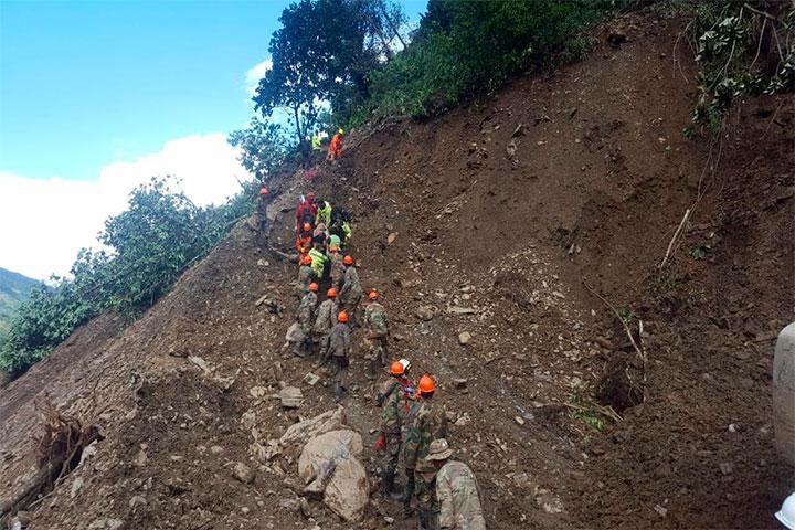 Once muertos y 20 de heridos deja un derrumbe en carretera de Bolivia