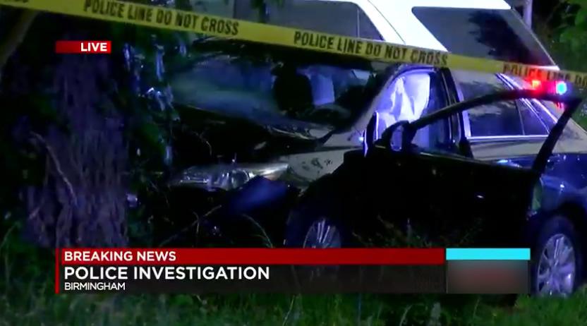 Policía de Birmingham encontró un coche estrellado contra un árbol. Investigación en curso