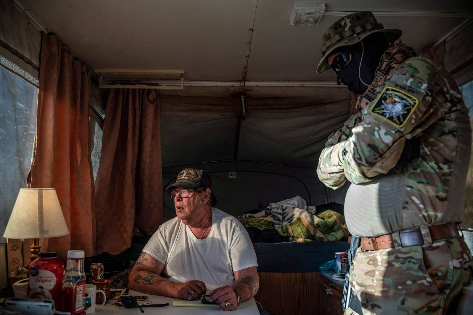 Grupos de civiles armados en EE UU detienen a inmigrantes irregulares en la frontera sur