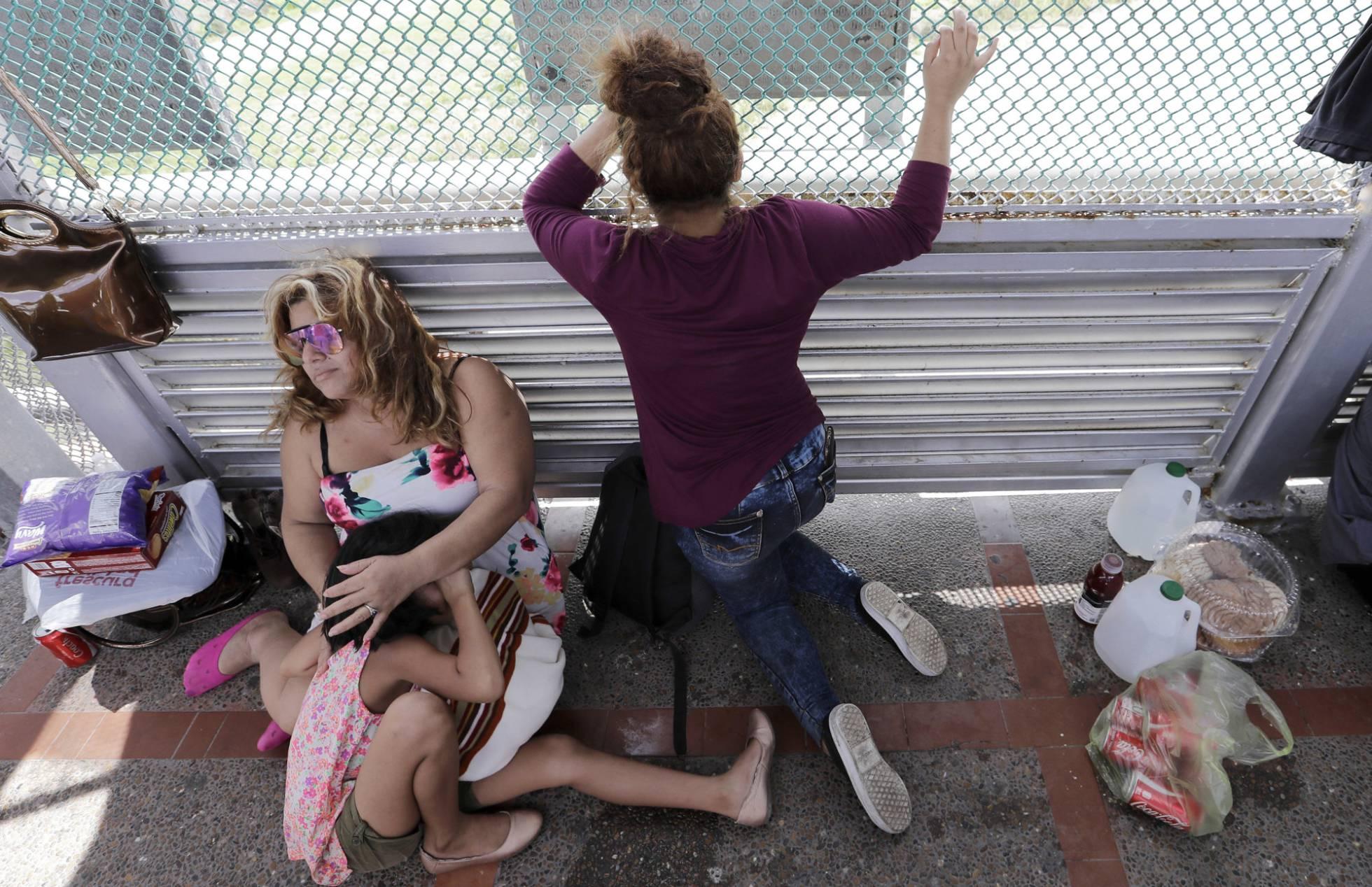 Un juez federal prohíbe que Estados Unidos obligue a los migrantes centroamericanos a esperar en México