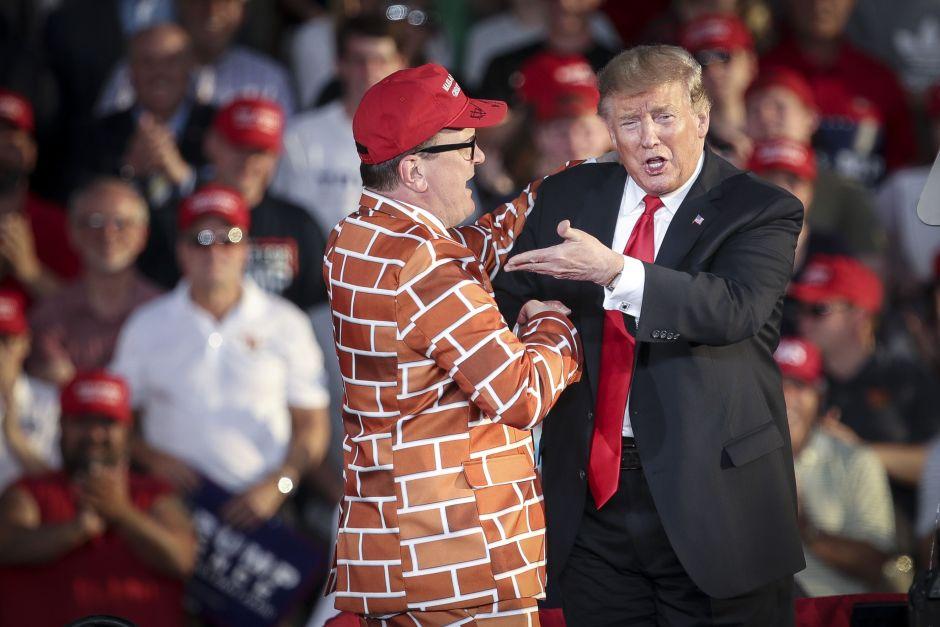 "Seguidor de Trump con traje del ""muro fronterizo"" se hace viral"