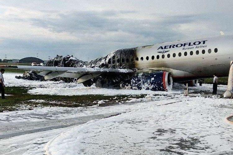 Suman 41 muertos por incendio en avión ruso
