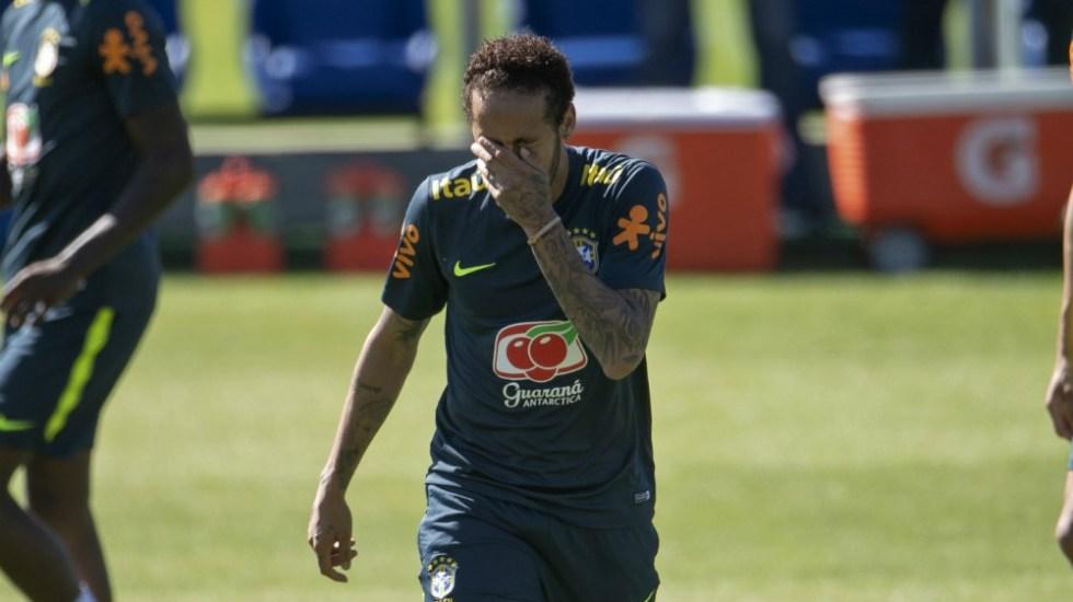 """Médicos de Brasil descartan """"lesión grave"""" de Neymar en la rodilla"""