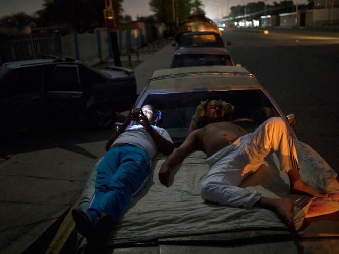 Sin combustible en Venezuela, pasan 24 horas en gasolineras por unos litros