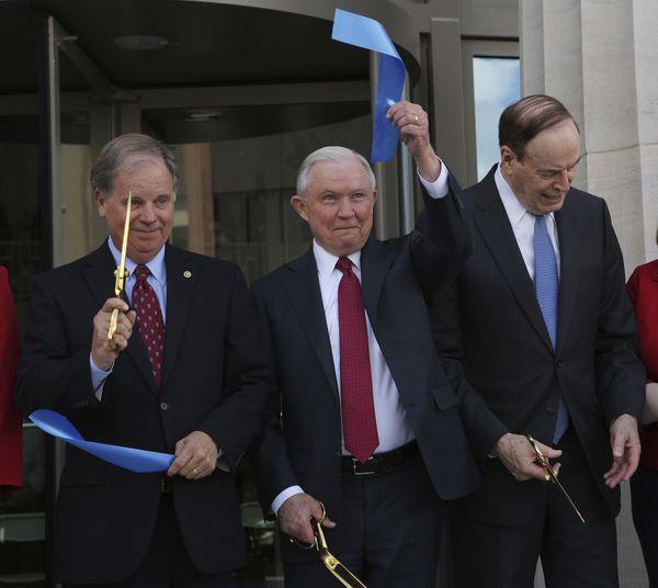 Richard Shelby afirma que Jeff Sessions, sería un candidato 'formidable' al Senado