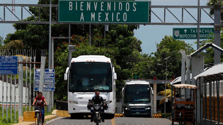 Bloquean a indocumentados en terminales de autobuses mexicanas