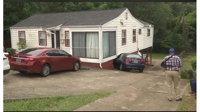 Una mujer y 2 niños fueron llevados de urgencia al hospital, después de chocar su automóvil con una casa