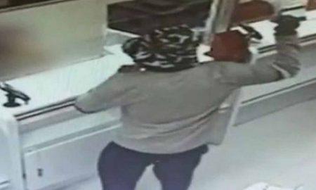 hombre asalta bancos usando un aguacate