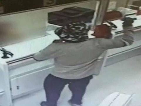 Hombre asalta DOS bancos usando un aguacate como arma
