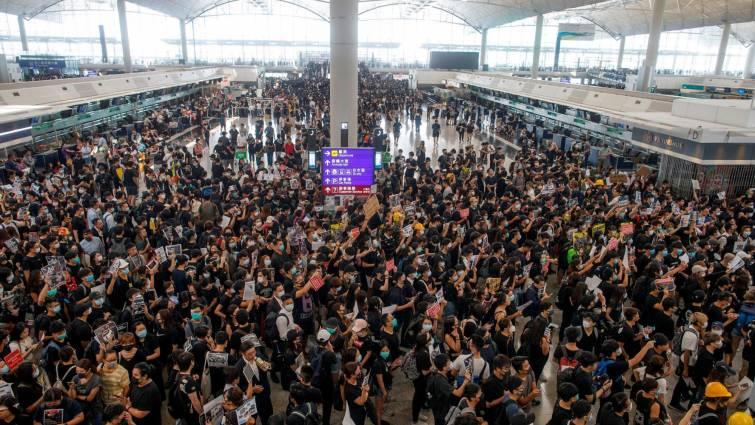 Reabre el aeropuerto de Hong Kong tras cancelar todos los vuelos por las protestas