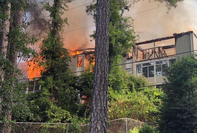 No se reportaron heridos, en gran incendio de un apartamento de Hoover