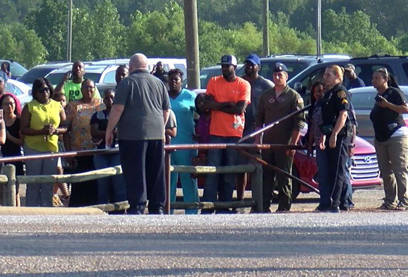 2 padres están bajo custodia, después un tiroteo en el estacionamiento de una escuela primaria