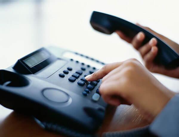Organización acusa a ICE de cancelar línea telefónica gratuita para inmigrantes