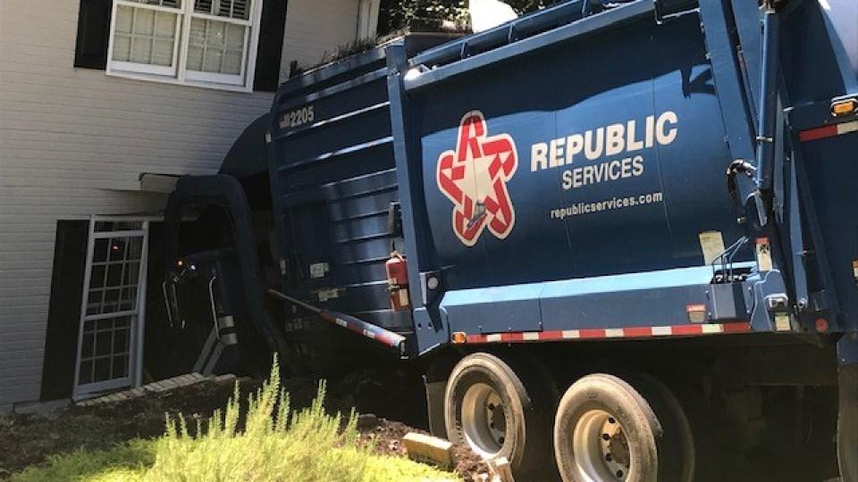 Camión de basura, choca contra el costado de una casa