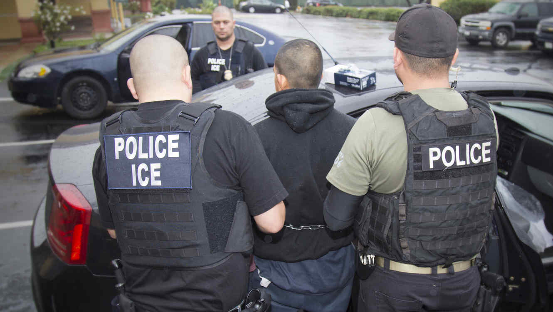 Juez declara inconstitucional una ley que criminaliza a quienes alientan a indocumentados a entrar en EEUU