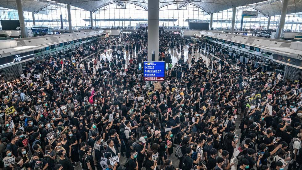 Miles de manifestantes bloquean el aeropuerto de Hong Kong y fuerzan la cancelación de todos los vuelos
