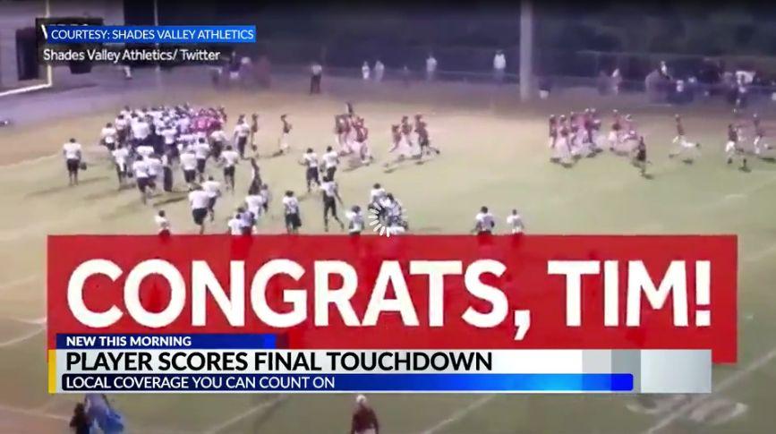 Estudiante con síndrome de Fragile X, hace touchdown final, ganando el juego