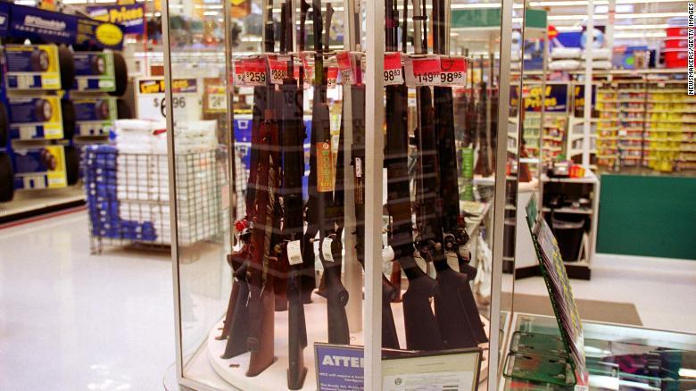 Walmart dejará de vender munición para armas cortas y pide a los clientes que no lleven armas a las tiendas