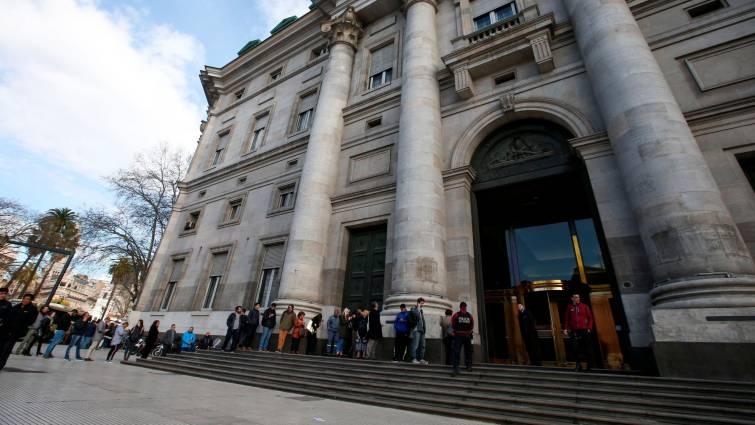 Macri impone un control cambiario para frenar la crisis