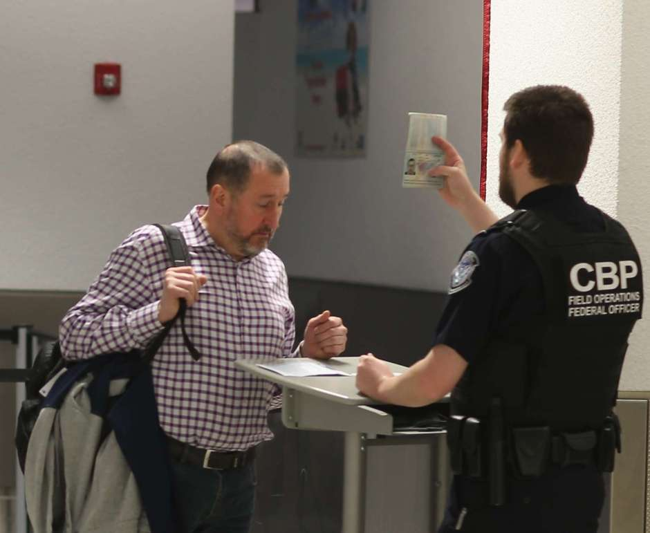 """""""¿Te reuniste con terroristas?"""" CBP detiene a un alcalde de EEUU y le quita el teléfono"""