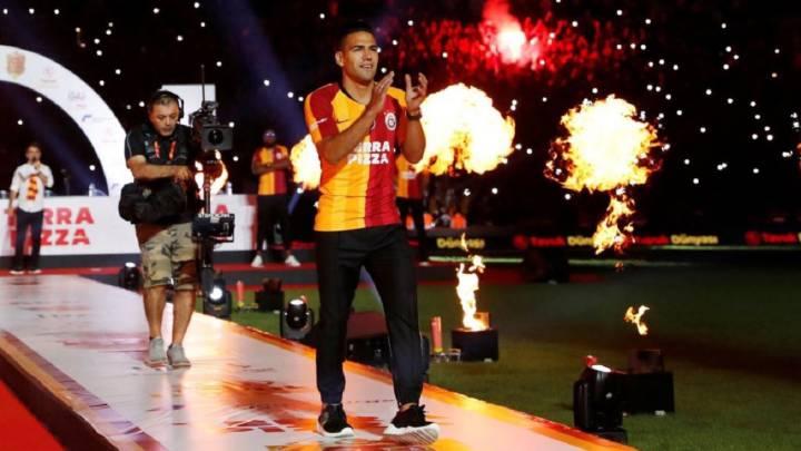 Galatasaray presenta a Falcao ante más de 15.000 hinchas