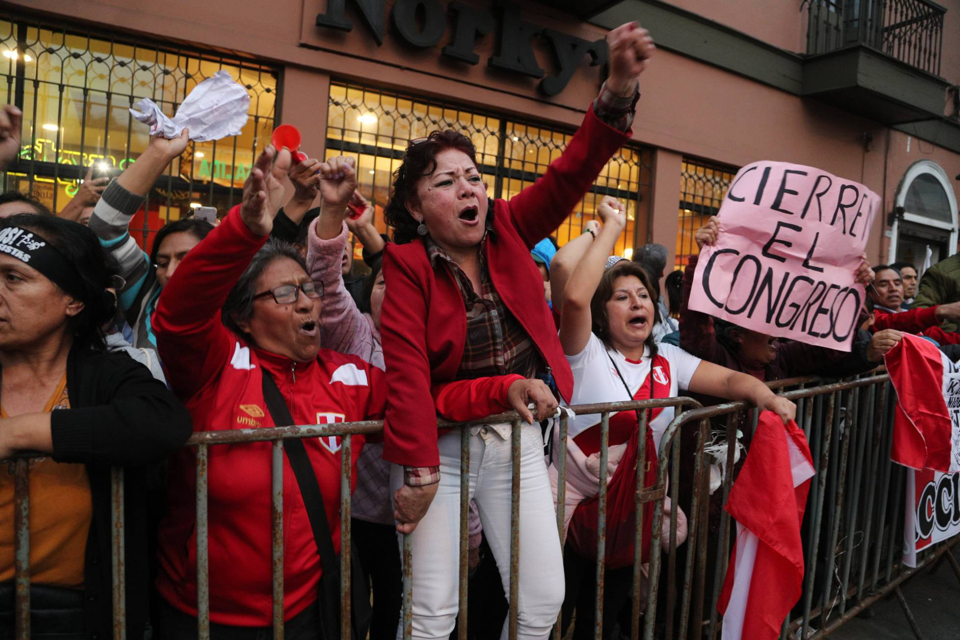 El presidente de Perú disuelve el Congreso y convoca elecciones parlamentarias