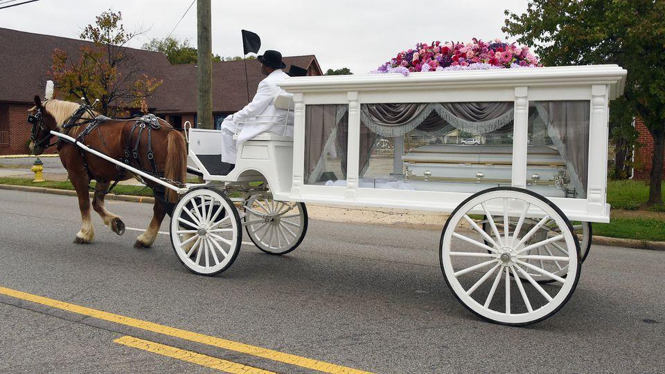 """""""Un ángel enviado desde el cielo"""": el carruaje tirado por caballos lleva a Kamille """"Cupcake"""" McKinney al lugar de descanso final"""