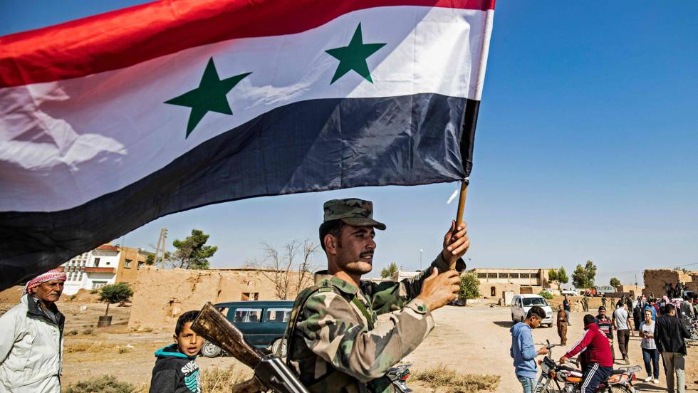 Soldado ondea bandera de Siria