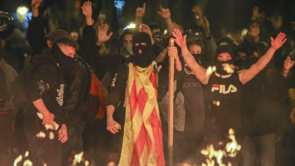 Nueva noche de violencia en Cataluña con coches quemados y ácido contra los Mossos