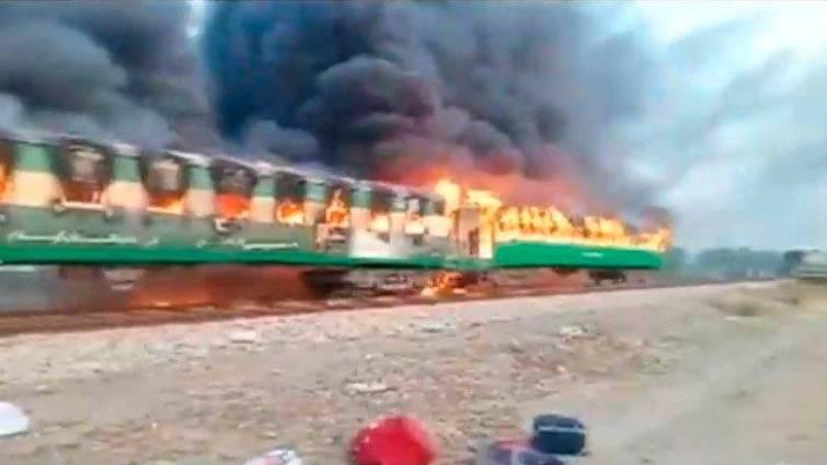 explosion bombona de gas en tren de Pakistan
