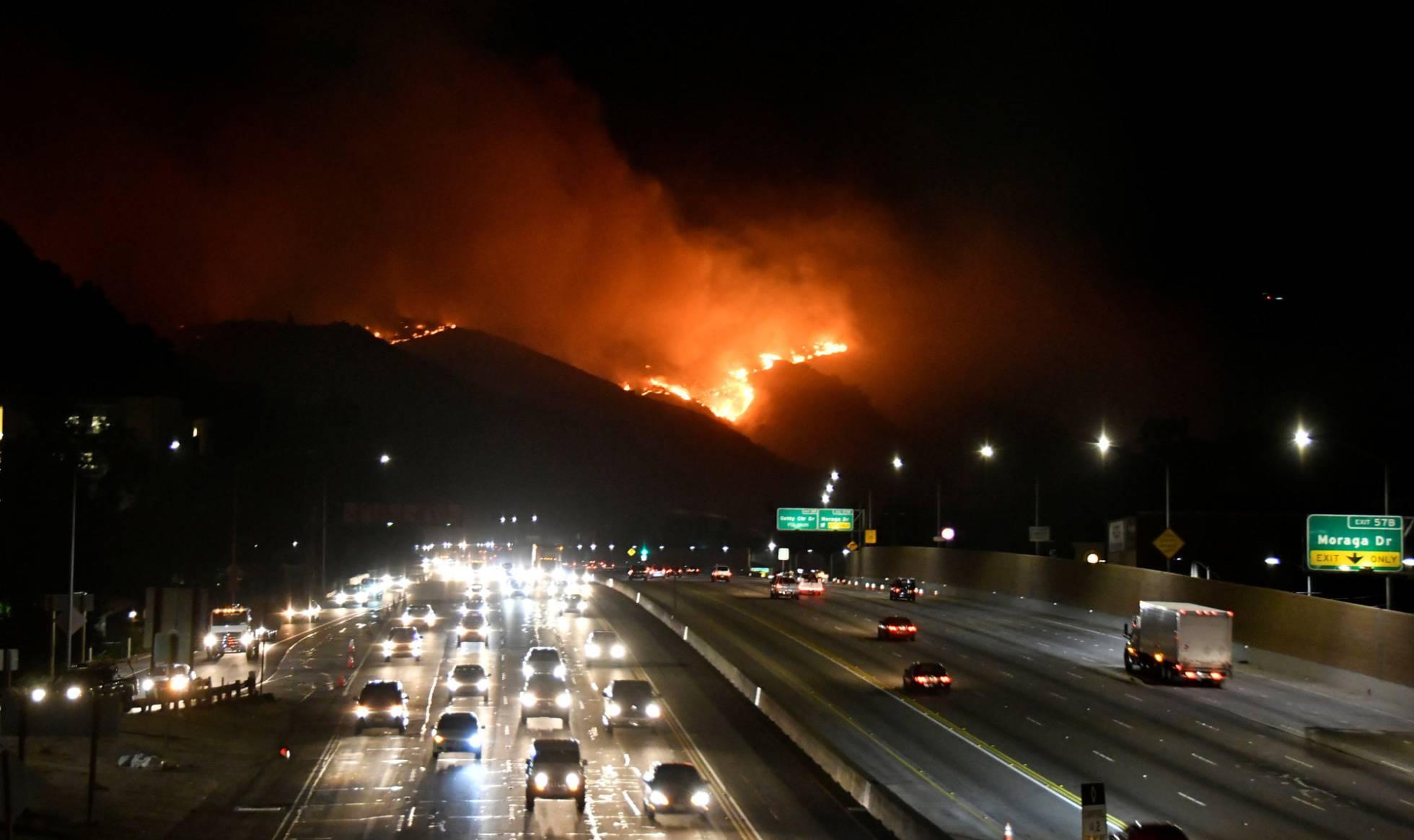 Un nuevo incendio amenaza las mansiones de Los Ángeles mientras mejoran las condiciones atmósféricas