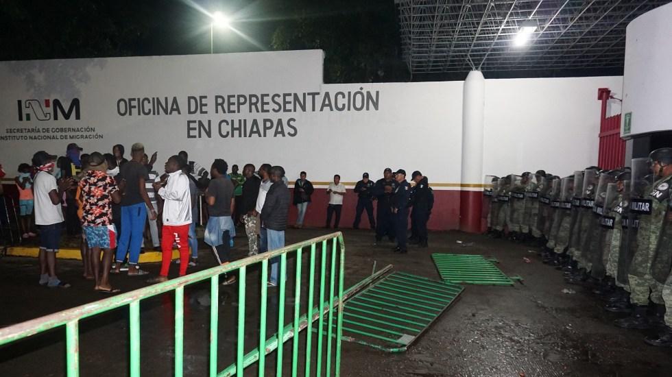 migrantes africanos protestan ante la vigilancia de policias militares en la garita siglo xxi de tapachula