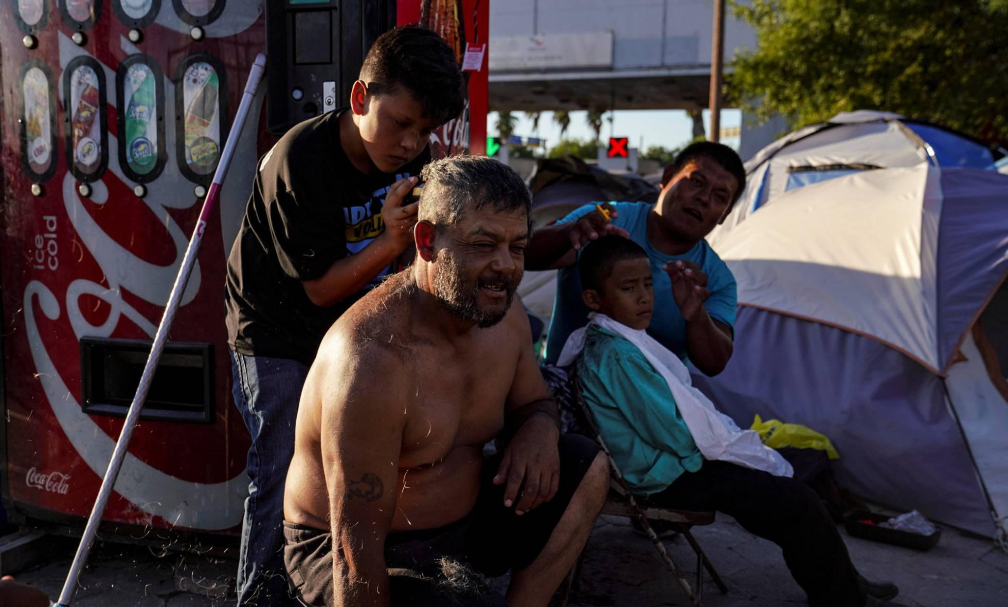 Cientos de migrantes toman un puente fronterizo en México para exigir asilo en EE UU